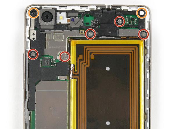 دو پیچ Torx T5 گوشه های سمت راست و چپ قاب هوآوی P8 Lite تعمیری که در عکس با رنگ نارنجی مشخص شدهاند را باز کنید.