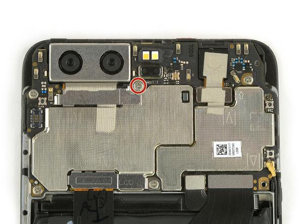 پیچی که در عکس اول با رنگ قرمز مشخص شده را با پیچ گوشتی فیلیپس #000 باز کنید. این نگهدارنده براکت روی کانکتور دوربین اصلی هوآوی P10 (پی 10) است.