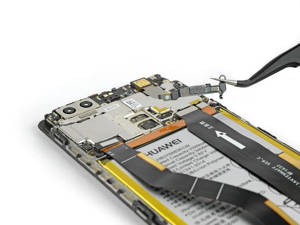 با نوک پنس دو براکتی که روی کانکتور ال سی دی و مادربرد هوآوی پی 9 پلاس (Huawei P9 Plus) تعمیری واقع شدهاند را جدا نمایید.