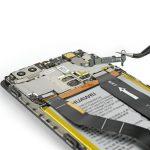 براکت های روی کانکتور ال سی دی و برد هوآوی P9 Plus تعمیری را از آن جدا کنید.