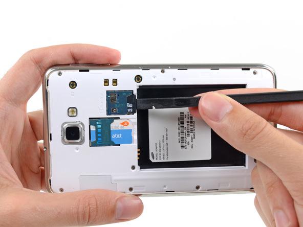 لبه اسپاتول را روی لبه خارجی رم میکرو اس دی (Micro SD) گلکسی نوت تعمیری قرار دهید و خیلی آرام آن را به سمت داخل هول دهید. سپس فشار اعمالی را از روی رم میکرو اس دی بردارید تا کاملا آزاد شود.