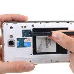 لبه اسپاتول را روی لبه خارجی رم میکرو اس دی (Micro SD) گلکسی نوت تعمیری قرار دهید و خیلی آرام آن را به سمت داخل هول دهید و سپس آن را رها کنید. بدین ترتیب حافظه SD گوشی آزاد میشود.