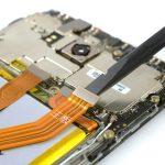 کانکتور سیم اینترکانکت میت 8 تعمیری را هم با نوک اسپاتول از لبه فوقانی باتری گوشی آزاد کنید.
