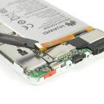 کانکتور باتری هوآوی P8 تعمیری را خیلی آرام با نوک پنس از روی برد گوشی آزاد نمایید.