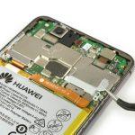 براکت روی کانکتور باتری هوآوی پی 10 لایت (Huawei P10 Lite) را با پنس از روی آن بردارید.