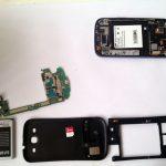 """برای تعویض گلس روی LCD گلکسی اس 3 نیازی به جداسازی مادربرد گوشی ندارید، اما اگر خیلی حساس هستید و دوست ندارید که هیچ ریسکی برای آسیب دیدن مادربرد تقبل کنید، میتوانید مادربرد گوشی را از بدنه اصلی آن جدا کنید و سپس سایر مراحل تعویض گلس روی LCD گلکسی اس 3 را دنبال نمایید. به منظور جداسازی مادربرد از راهنمایی استفاده کنید که در مقاله """"تعمیرات سامسونگ: تعویض مادربرد Galaxy S3 Mini سامسونگ"""" خدمتتان ارائه شد."""