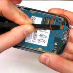 با نوک اسپاتول کانکتور اسپیکر مکالمه Galaxy S3 Mini تعمیری را باز کرده و اسپیکر مکالمه گوشی را کاملا از آن جدا کنید. محل نصب اسپیکر مکالمه گوشی در عکس اول با رنگ نارنجی نشان داده شده است.