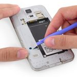براکت پلاستیکی که در عکس ها مشخص شده را با نوک اسپاتول از روی فریم پلاستیکی روی بدنه گوشی باز کنید.