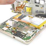 کانکتور اسکنر انگشت هوآوی پی 9 لایت (Huawei P Lite) که روی مادربرد آن نصب است را با اسپاتول از روی برد آزاد کنید.