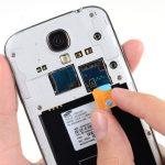 سیم کارت گوشی را از درون خشاب روی بدنه گلکسی اس 4 تعمیری خارج نمایید.