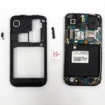 به تدریج نوک قاب باز کن را در اطراف فریم میانی Galaxy S Vibrant تعمیری حرکت دهید تا این بخش از گوشی کاملا شل شده و آماده جداسازی از بدنه دستگاه باشد.