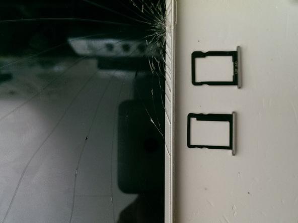 خشاب سیم کارت و حافظه SD گوشی را از لبه سمت راست قاب آن خارج کنید.