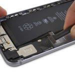بخشی از کابل سوکت شارژ (لایتنینگ پورت) آیفون 6 اس پلاس روی اسپیکر گوشی چسبانده شده است. به آرامی نوک اسپاتول را این کابل فرو برده و آن را از روی اسپیکر آیفون جدا کنید.