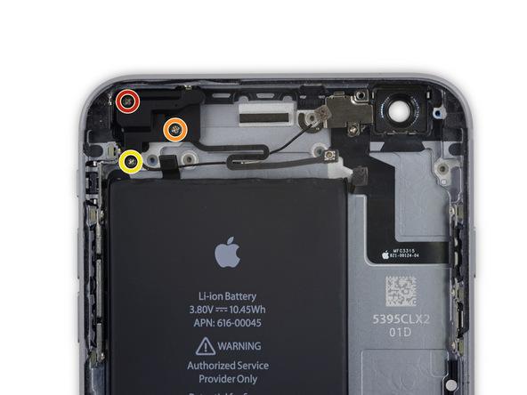 با نوک پنس کاور روی فلت آنتن سلولی زیرین آیفون 6 اس پلاس تعمیری را از روی آن بردارید. در زیر این کاور یک پیچ نصب شده است.