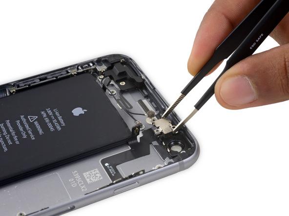 براکت میکروفون آیفون 6S Plus تعمیری را با پنس گرفته و از پنل پشت گوشی جدا کنید.