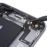 نوک اسپاتول را در زیر چراغ فلش دوربین اصلی آیفون 6 اس پلاس تعمیری قرار داده و به آرامی آن را از جایگاهش بلند کنید.