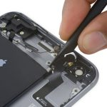 نکته: اگر تمایل دارید کابل دکمه پاور آیفون 6 اس پلاس تعمیری سالم از گوشی جدا شود، در حین جداسازی آن از روی پنل پشت گوشی عجله نکنید و با احتیاط پیش بروید. اگر لازم بود میتوانید به پنل پشت گوشی گرما بدهید تا چسبندگی کابل کمتر شود.