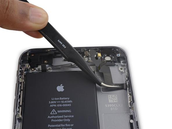 کابل دکمه پاور آیفون 6 اس پلاس تعمیری را با پنس برداشته و از روی پنل پشت گوشی جدا کنید.