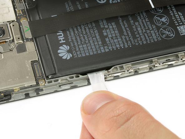 لبه چسب نگهدارنده باتری میت 9 تعمیری را از سمت راست باتری گرفته و خیلی آرام با نیروی یکنواخت به سمت عقب بکشید. کشیدن چسب را تا جایی ادامه دهید که کاملا از زیر باتری جدا شود.