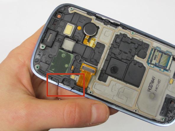 به آرامی دکمه پاور Galaxy S3 Mini تعمیری را از لبه قاب گوشی جدا کنید.