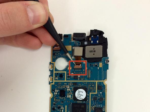 کانکتور دوربین اصلی Galaxy S3 Mini را با پنس از روی برد باز کنید.