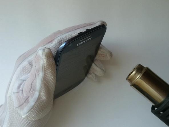 با سشوار یا آیاوپنر (iOpener) به اطراف قاب گلکسی اس 3 مینی تعمیری گرمای ملایمی وارد کنید.