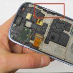 دکمه ولوم را از لبه قاب Galaxy S3 Mini جدا کنید.