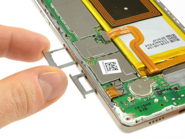 دو خشاب سیم کارت و حافظه SD هوآوی پی 8 لایت تعمیری را از لبه سمت چپ و پایین قاب گوشی جدا نمایید.