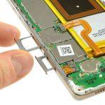 دو خشاب سیم کارت و حافظه SD گوشی را از لبه سمت چپ و پایین قاب هوآوی P8 Lite تعمیری جدا کنید.