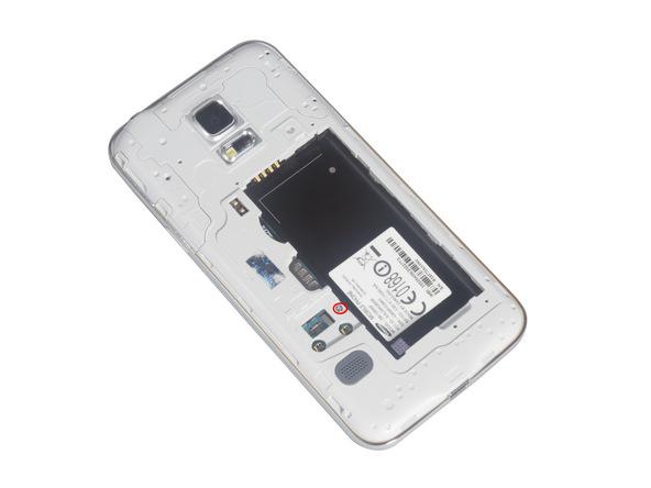روی مجموعه مادربرد و سایر اجزای سخت افزاری گلکسی اس 5 مینی یک فریم پلاستیکی و محافظ قرار داده شده است که اصطلاحا به آن فریم میانی گفته میشود. در این مرحله باید پیچ های نگهدارنده این فریم را باز کنید. پیچ های مورد نظر در عکس های این بخش مشخص شدهاند.