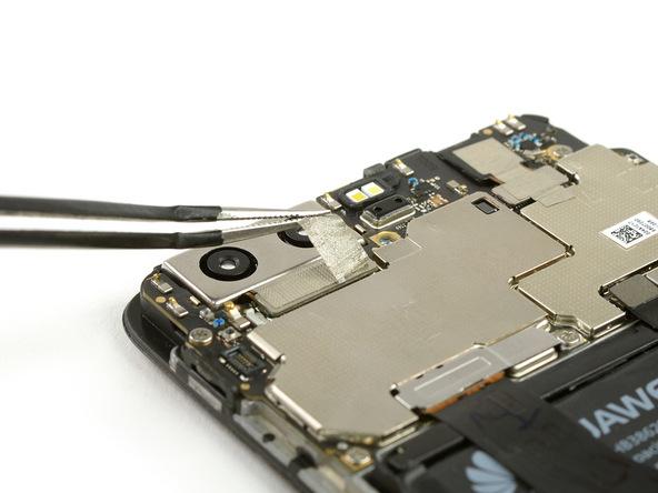 چسبی که روی کانکتور دوربین اصلی هوآوی P10 (پی 10) نصب است را با پنس از روی آن بردارید.