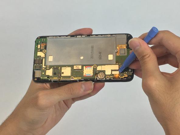 سه کانکتوری که به ترتیب در سه عکس ضمیمه شده مشخص هستند را با نوک قاب باز کن پلاستیکی از روی برد گوشی آزاد کنید.