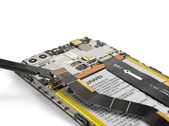 نوک اسپاتول سر صاف یا قاب باز کن پلاستیکی را به زیر کانکتور LCD هوآوی پی 9 پلاس منتقل کرده و خیلی آرام آن را به سمت بالا هدایت کنید تا کانکتور مذکور از روی سوکتش آزاد شود.