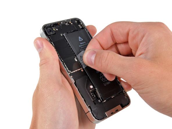 نوار پلاستیکی و ظریفی که در سمت چپ باتری آیفون 4 تعمیری واقع شده را با انگشت گرفته و به سمت بالا بکشید تا باتری از روی قاب گوشی بلند شود.