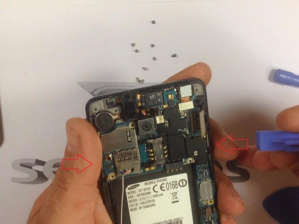 کانکتور ال سی دی گلکسی اس 2 تعمیری را از گوشه قاب آن آزاد کنید. در حین جداسازی این کانکتور دقت کنید که به برد گوشی آسیبی وارد نشود. محل دقیق نصب کانکتور مورد نظر در عکس اول نشان داده شده است.