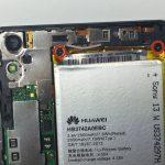 با نوک اسپاتول یا پنس نوار زرد رنگی که در لبه فوقانی باتری هوآوی اسند پی 6 (Huawei Ascend P6) تعمیری موجود است را به سمت پایین هدایت کنید.