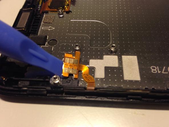 نوک اسپاتول سر صاف یا پیک را به آرامی زیر سیم دکمه ولوم و پاور Ascend G630 تعمیری فرو برده و آن را از روی پلیت پشت ال سی دی گوشی آزاد کنید.