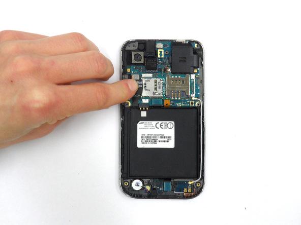 رم میکرو اس دی (Micro SD) را در صورت وجود از گوشه قاب گلکسی اس ویبرنت خارج کنید.