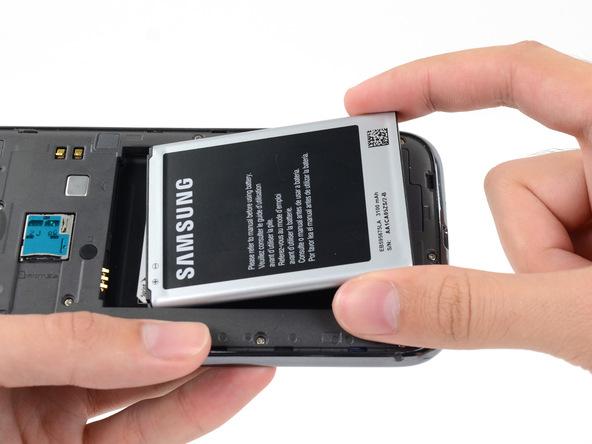 باتری گلکسی نوت 2 تعمیری را با انگشت گرفته و از جایگاهش خارج کنید. باتری را در گوشه امنی قرار دهید که آسیبی به آن وارد نشود.