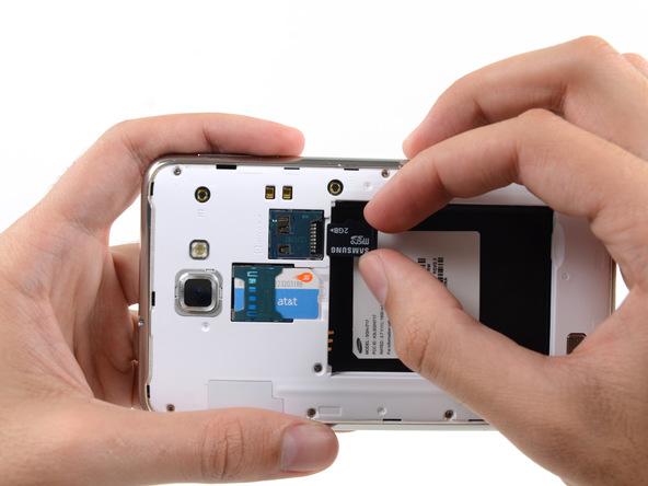 انگشت خود را روی حافظه SD گوشی قرار داده و آن را به سمت عقب بکشید تا از خشابش خارج شود.