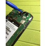 نوک اسپاتول سر صاف یا قاب باز کن پلاستیکی را زیر کانکتور تاچ (دیجیتایزر) گوشی Ascend G610 تعمیری قرار داده و خیلی آرام آن را از روی سوکتش آزاد کنید.
