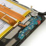 کانکتور سیم آنتن گوشی که روی برد ثانویه یا همان فلت شارژ میت 8 هوآوی نصب است را با نوک پنس گرفته و از روی سوکتش آزاد کنید.