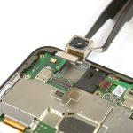 لنز دوربین اصلی هوآوی P10 Lite تعمیری را با پنس از روی برد گوشی جدا نمایید.