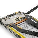 نوک اسپاتول سر صاف یا قاب باز کن را زیر کانکتور برد هوآوی P9 Plus قرار داده و خیلی آرام آن را از روی برد گوشی آزاد نمایید.