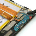 براکت روی کانکتور سیم اینترکانکت را با پنس از روی فلت شارژ گوشی بردارید.