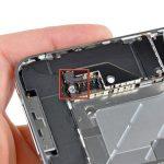 باتری را در گوشه امنی قرار داده و پروسه تعویض دکمه ولوم آیفون 4 را روی مابقی بدنه دستگاه ادامه دهید.