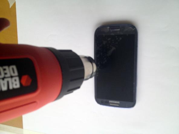 در این مرحله باید به لبه های گلس روی LCD گوشی گرما بدهید تا جداسازی آن از روی بدنه گوشی به شکل راحت تری انجام شود. بهترین روش برای اعمال گرما به گلس روی LCD گلکسی اس 3 سامسونگ مربوط به استفاده از هیتر مادون قرمز میشود، اما بدین منظور میتوانید از آیاوپنر (iOpener) و سشوار هم استفاده کنید.