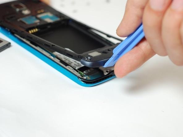 در طراحی گلکسی اس 4 اکتیو از یک فریم یا درپوش پلاستیکی استفاده شده که روی مادربرد گوشی قرار میگیرد و به نوعی از آن محافظت به عمل میآورد. در این مرحله باید برای جداسازی این فریم، نوک اسپاتول یا قاب باز کن را زیر لبه زیرین فریم مذکور قرار داده و آن را به سمت بالا بکشید تا از روی برد گوشی بلند شود.