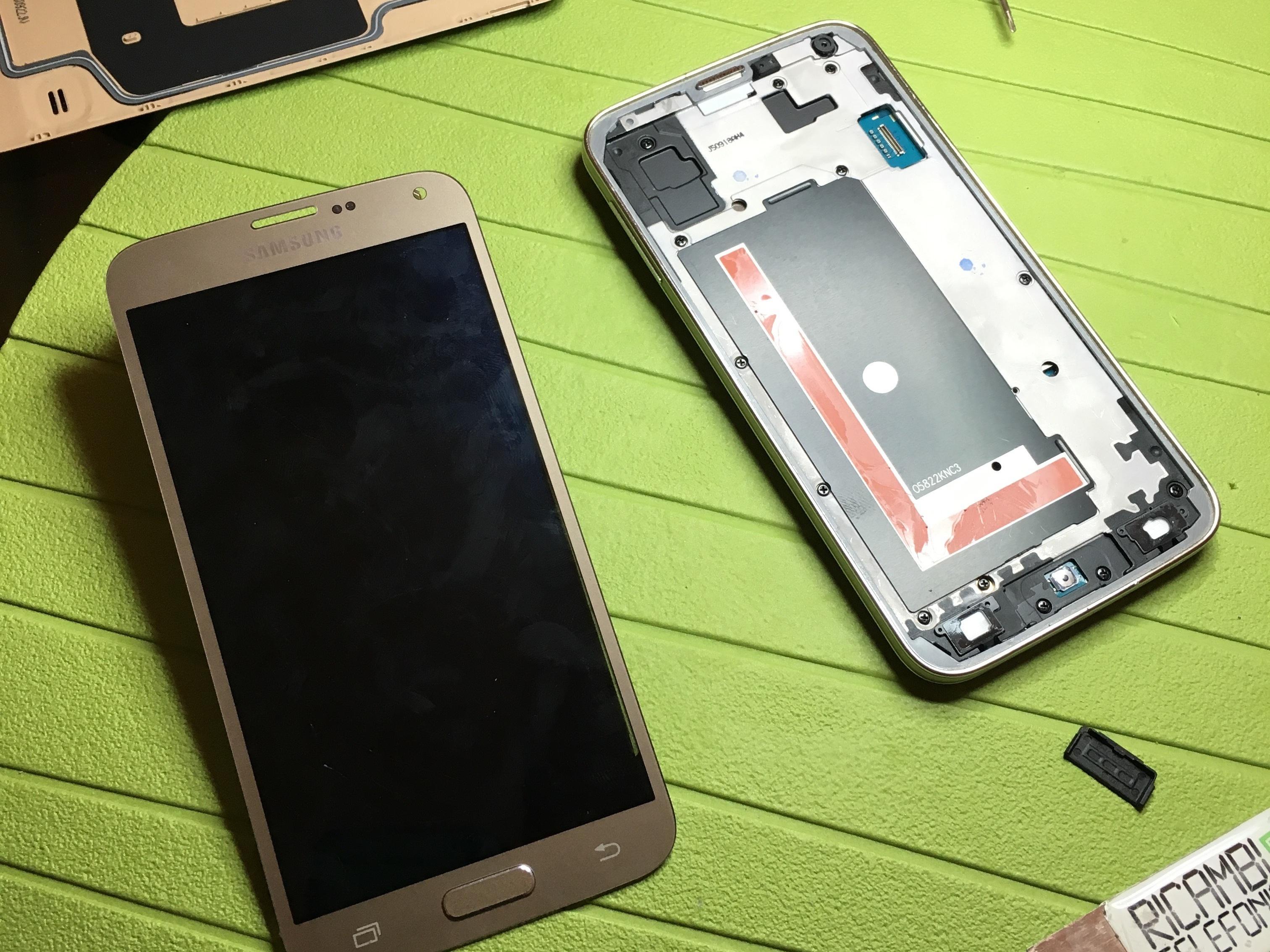تاچ و ال سی دی Galaxy S5 Neo را از بدنه گوشی جدا نمایید.