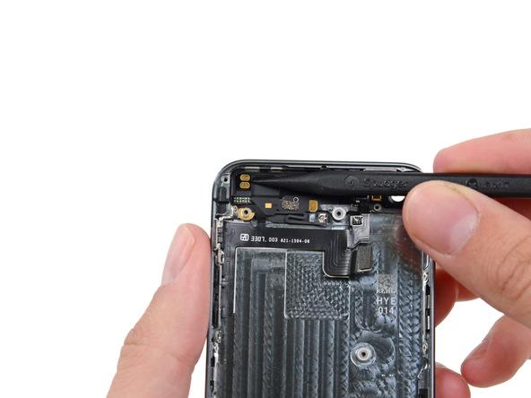 کنتکت زیر ویبراتور آیفون 5S تعمیری را با نوک اسپاتول از روی درب پشت گوشی آزاد کنید.